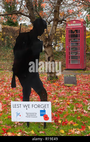 Lest We Forget WW1 Centenary, decorated telephone box in Shackleford, Surrey - Stock Image