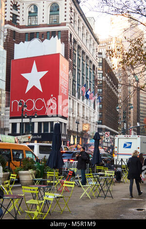 Macy's entrance at Herald Square, 34th street and 6th avenue in Midtown Manhattan - Stock Image