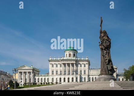Monument to Prince Vladimir The Great, a 24 metre high landmark bronze statue on Borovitskaya Square, Moscow, Russia - Stock Image
