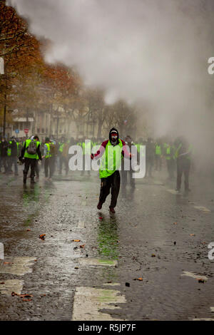 Paris, France. 1st December, 2018.  Protetesters during the Yellow Vests protest against Macron politic. Credit: Guillaume Louyot/Alamy Live News - Stock Image