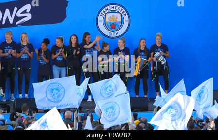Manchester City's Steph Houghton (right) and Manchester City Women on stage during the trophy parade in Manchester. - Stock Image
