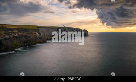 Landscape view on the lighthouse on the cliff in Ireland at Loop Head - Stock Image