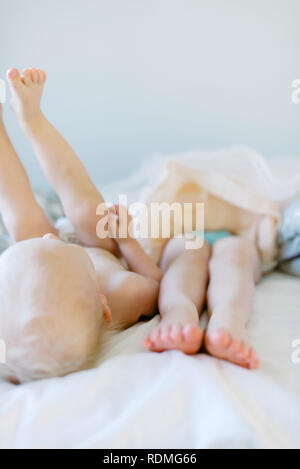 Brother and sister on bed - Stock Image