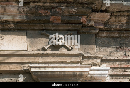 Ancient weathered stone skull and crossbones - Stock Image