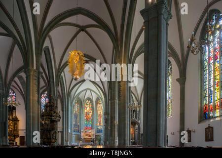 Deutschland, Nordrhein-Westfalen, Werl, Probsteikirche St. Walburga, Mittelschiff mit Hauptaltar, - Stock Image