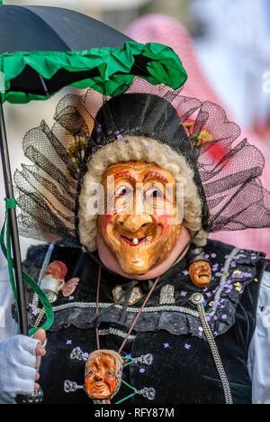 Portrait einer traditionellen schwaebisch alemannische Hexenmaske zur Luzerner Fasnacht, Schweiz |  Portrait of a traditional Swabian-Alemannic witch  - Stock Image