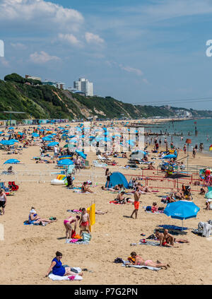 Bournemouth, UK. 6th July 2018. UK Weather, thousands of tourists hit the beach in Bournemouth as the summer 2018 heatwave continues. Credit: Thomas Faull / Alamy Live News - Stock Image