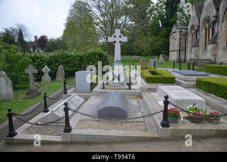 Churchill family graves in the churchyard of St Martin's Church in the Oxfordshire village of Bladon - Stock Image