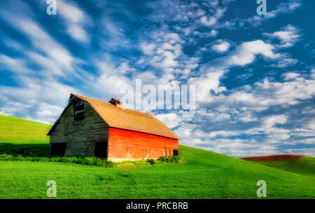Barn with approaching storm clouds. The Palouse, Washington - Stock Image