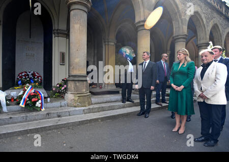 Prague, Czech Republic. 20th June, 2019. Slovak President Zuzana Caputova, 2nd from left, lays flowers at the grave of first post-Communist Czechoslovak president Vaclav Havel, on June 20, 2019, in Prague, Czech Republic, during her visit of the Czech Republic. On the right side is seen Director of the Vaclav Havel Library Michael Zantovsky. Credit: Michal Kamaryt/CTK Photo/Alamy Live News - Stock Image