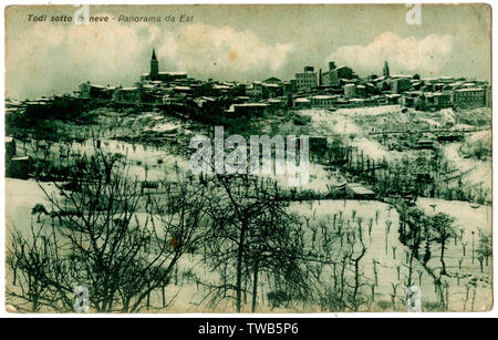 General view of Todi in the snow, Umbria, Italy, seen from the east.      Date: circa 1910s - Stock Image