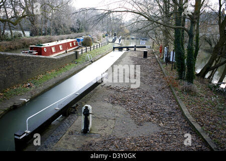 Isis Lock on the South Oxford Canal iced up City of Oxford Oxfordshire Oxon England boat narrowboat ice canal canals - Stock Image