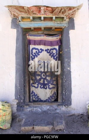 Door entrance of a house in Lhasa, Tibet - Stock Image