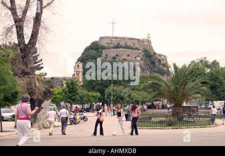 People in the Spianada Esplanade park and plaza, Kerkyra, Corfu, Greece, with the Old Fortress in the background - Stock Image