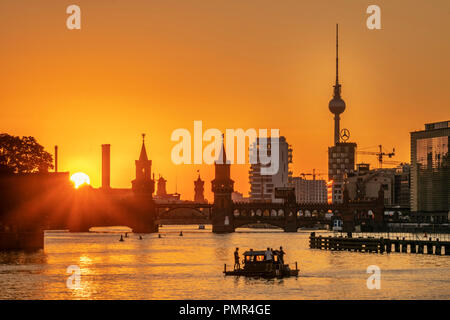 Sunset at river Spree, Oberbaum bridge, Alex TV tower, Friedrichshain-Kreuzberg, Berlin - Stock Image
