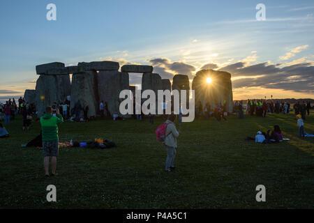 Stonehenge, Amesbury, UK, 20th June 2018,   Setting sun visible between 2 stones at stonehenge on summer solstice  Credit: Estelle Bowden/Alamy Live News. - Stock Image
