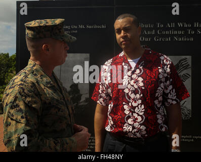 Col. Sean Killeen, the commanding officer for Marine Corps Base Hawaii, talks to Franklin Parker, the secretary - Stock Image
