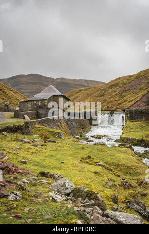 River Afon Sawdde and the Carmarthen Fans with the peak of Picws Du during winter in the Brecon Beacons National Park, South Wales, UK - Stock Image