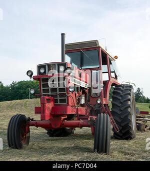 International Harvester model 1466 diesel Row Crop tractor in hay field - Stock Image