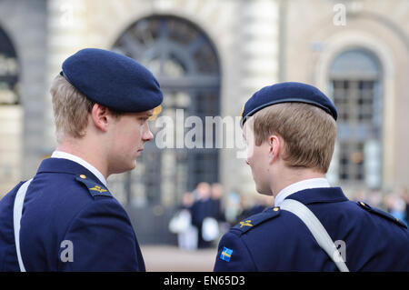 Guards / uniformed soldiers of the Swedish army outside the Royal Palace (Kungliga Slottet), Stockholm, Sweden. - Stock Image