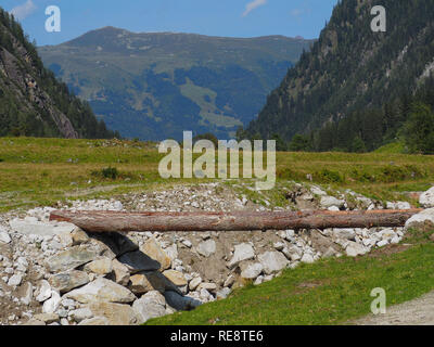 Riverbed and wooden bridge - Stock Image