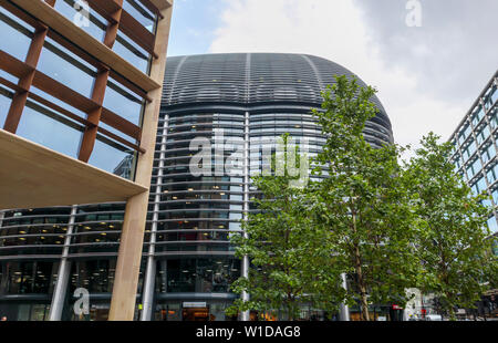 Curved solar shading (brise soleil) on the side of The Walbrook Building seen between the Bloomberg Building and Cannon Street station, London EC4 - Stock Image