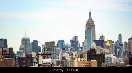 (Selective focus) Stunning view of the Manhattan skyline seen from the Brooklyn bridge. Manhattan, New York City, USA. - Stock Image