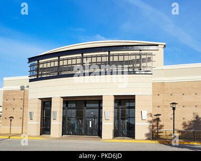 Front exterior of an empty store or store front or a closed retail shop in a shopping center in Montgomery Alabama, USA. - Stock Image