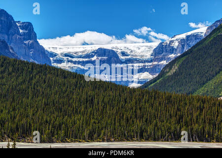 Stutfield Glacier on the Icefields Parkway in the Canadian Rockies. The glacier flows southeast from the Columbia Icefield at Stutfield Peak, a mounta - Stock Image