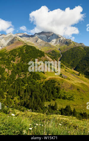 Barranco las Mardaneras from GR-11 footpath with Posets massif at the background (Viadós, Chistau valley, Sobrarbe, Huesca, Pyrenees, Aragon, Spain) - Stock Image