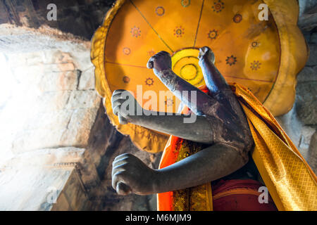 A statue of Vishnu framed by an ancient arched door at Angkor Wat - Stock Image