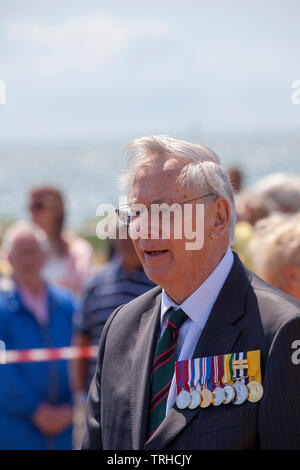 HRH The Duke of Gloucester. D Day Commemoration at the COPP (Combined Operation Pilotage Parties) Memorial on the seafront on Hayling Island.  On 2 May 1944, Hayling Island seafront was used for practice amphibious landings, known as Exercise Fabius 2.   The COPP Unit was set up on Hayling Island under the instruction of Lord Mountbatten in 1943.  The Memorial is dedicated to the soldiers who trained as frogmen and canoeists for beach reconnaissance and other covert operations prior to the Allied landings on enemy occupied territory. - Stock Image