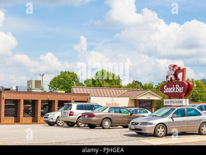 HICKORY, NC, USA-9/6/18: A local tradition, this southern restaurant has been in business for 70 years. One man in car in parking lot. - Stock Image