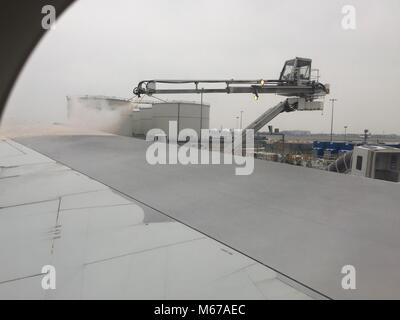 de-iceing aircraft wings prior to take-off due to severe winter weather in London / #The Beast from the East - Stock Image