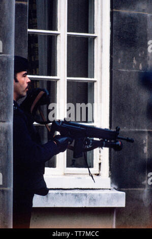 Police. Armed British Police. London England. 1986 British Police armed with guns. 1986 Photographs from a series photographed in 1986 showing the arming of the British Police, traditionally at the time not armed.Special armed police guard Lambeth Magistrates Court in London during an IRA trial. Seen using a Heckler and Koch - Stock Image