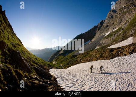 Wanderung zum Geißkopf über Schneefelder, Gerlostal, Zillertaler Alpen, Tirol, Österreich - Stock Image
