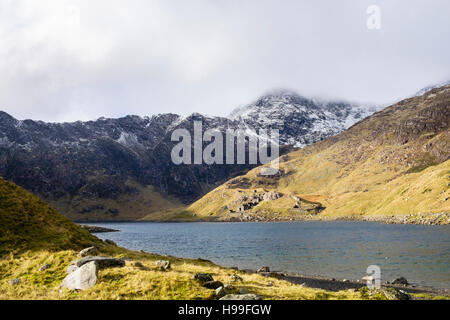 View across Llyn Llydaw lake to Mount Snowdon from Miners' Track with snow in winter.  Pen-y-Pass, Llanberis, - Stock Image