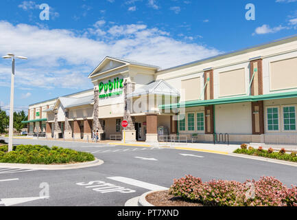 HICKORY, NORTH CAROLINA, USA- 9/18/18:  Publix Grocery store building & parking lot. - Stock Image