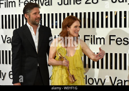 Karlovy Vary, Czech Republic. 28th June, 2019. US actress Julianne Moore received Crystal Globe award for contribution to world cinematography at the opening ceremony of the 54th Karlovy Vary International Film Festival in Karlovy Vary, Czech Republic, on Friday, June 28, 2019. On the photo scriptwriter and director Bart Freundlich and his wife Julianne Moore. Credit: Slavomir Kubes/CTK Photo/Alamy Live News - Stock Image