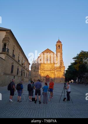 Group of photographers at dusk, Plaza Vázquez de Molina. Úbeda, Jaén, Andalusia, Spain. - Stock Image