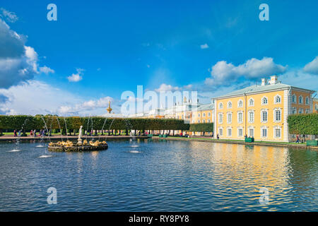 18 September 2018: St Petersburg, Russia - Peterhof Palace Gardens, with fountain and lake, on a sunny autumn afternoon. - Stock Image