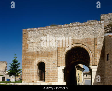 Cuellar, province of Segovia, Castile and Leon, Spain. Gate of Saint Basil. The only one of the walls that has been preserved since the last changes carried out by the Dukes of Alburquerque. It was originally called the Gate of Robledo. Toledo-type Moorish architecture, 11th century. - Stock Image