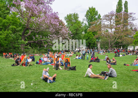 Vienna park, view of Viennese people relaxing on a summer Sunday afternoon in the Stadtpark in Vienna, Wien, Austria. - Stock Image