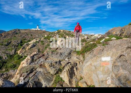 Spain, Catalonia, Cadaques, Cap de Creus nature park, hiking to Cap de Creus on the GR 11 that links Cap de Creus to El Port de la Selva, Cap de Creus lighthouse in the background - Stock Image