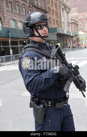 A well armed counterterrorism policeman on Madison Ave in Manhattan, the day of the Sikh Parade. - Stock Image