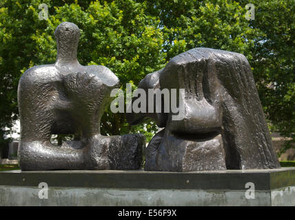 Bronze sculpture 1961 by Henry Moore sited by The Sainsbury Centre Norwich - Stock Image