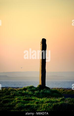 Stenness, Orkney, Scotland. The Watch Stone between Ring of Brodgar, Ness of Brodgar and Stones of Stenness. Loch - Stock Image