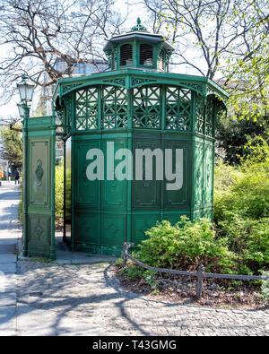 Berlin, Senefelderplatz. Historic green cast iron toilet known as a Café Achteck (Octagonal Café). 19th century lavatory with listed status - Stock Image