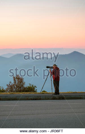 A photographer photographing the Blue Ridge Mountains from Waterrock Knob at dawn, Blue Ridge Parkway, Jackson County, North Carolina, United States - Stock Image