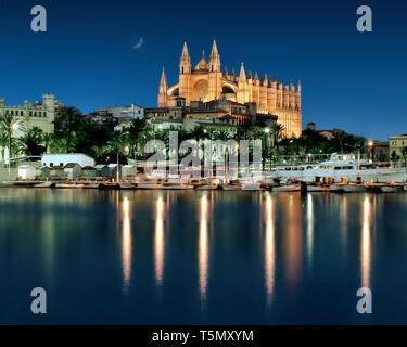 ES - MALLORCA: La Seu Cathedral at Palma de Mallorca by night - Stock Image